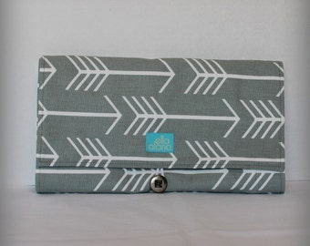 Clutch changing pad in Gray Arrows print