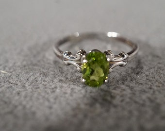 Vintage Jewelry Sterling Silver Ring with Oval Peridot Stone, size 7     KW39