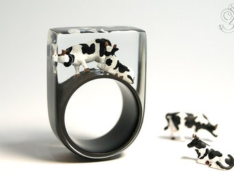Alp peace – extraordinary cow ring with two black-and-white cows on a black ring made of resin