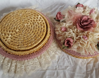 Mint Condition Handmade Straw Coaster Set with Rose and Lace Embellished Straw Container 6 Round 5 Inch Diameter Coasters Pink/White Floral