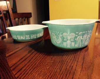 2 vintage Pyrex decorated bowls