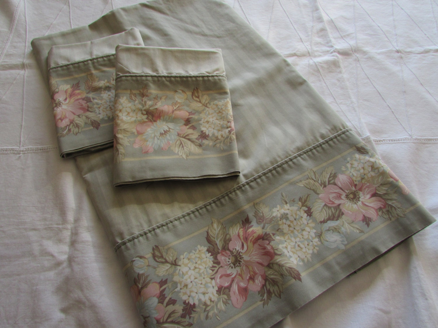 set of laura ashley queen flat sheet and matching pillowcases. Black Bedroom Furniture Sets. Home Design Ideas