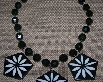 Black and white flower motif tri-pendant necklace