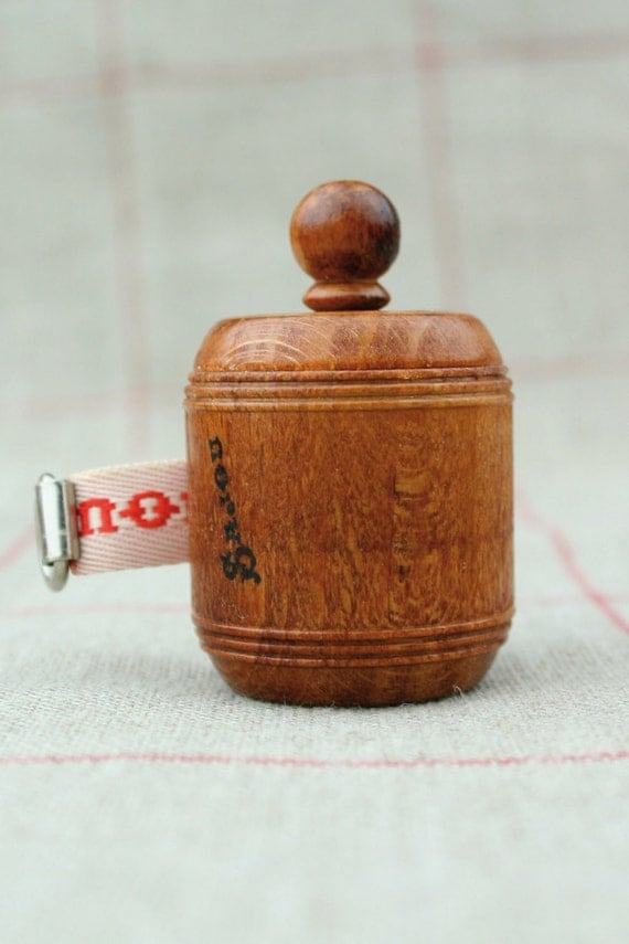 M tre de couturi re ruban rouge bois de charme for Couturiere en bois