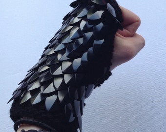 Black dragon scale gloves (pair)
