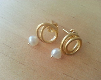 Small pearl and gold plated silver earrings