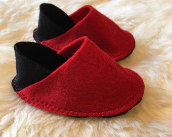 Black and red toe felt baby shoes 0-3m