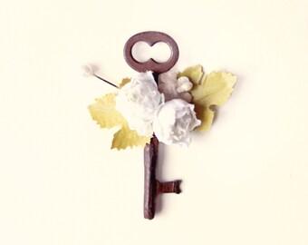 Key boutonniere, Groomsmen button hole, Unique wedding boutonniere, key flower button hole, vintage wedding, flower boutonniere