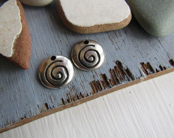 Antiqued silver pendant  , spiral coin pendant ,  flat round metal casting , silver plated with patina  / pewter tone 14mm ( 2 pcs ) 6As5286