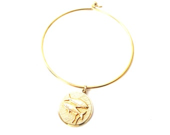 Anson Karatclad Signed Gold Tone Circular Two Fish Pisces Zodiac / Horoscope Wire Bangle Charm Bracelet