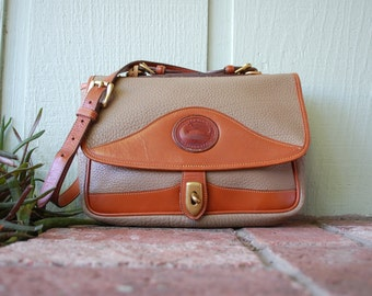 Vintage Authentic Dooney & Bourke All Weather Pebbled Leather Purse Shoulder Bag Stewardess Buckle Satchel Taupe British Tan Hand Bag