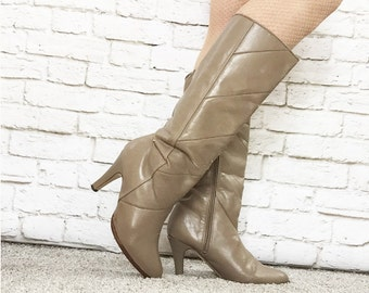 Vintage 70s Seam Detail Taupe Heeled Boots Knee High Slouch Vegan Faux Leather 7.5 Distressed