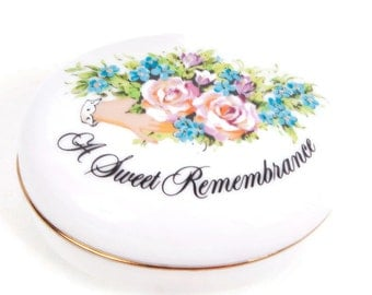 Vintage A Sweet Remembrance Trinket Box Jewelry Box AVON Valentines Day 1982 Token of Love Cream Porcelain Made in Japan