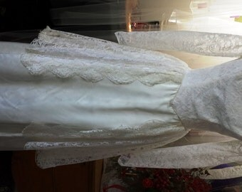 Vintage 1961 Long Sleeve Lace Wedding Dress with Boatneck, Floor Length size 6-8