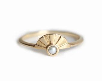White Pearl bague, bague de lever du soleil, Pearl bague de fiançailles, petite perle anneau, Dainty or bague, bague en or Simple, or massif 14 k