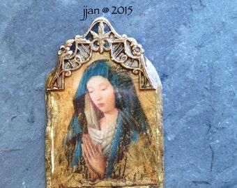 Medieval Woman Praying Pendant-Madonna Resin Pendant, amber, gold, charm