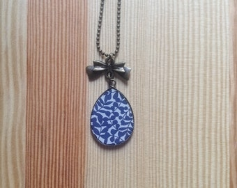 Necklace blue flower gemstone