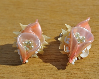 Vintage 1950s Pink and White Seashell Screw Back Earrings