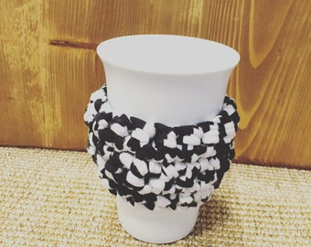 Cache Mug in cotton hand made crochet, black and white in recycled T-shirt yarn