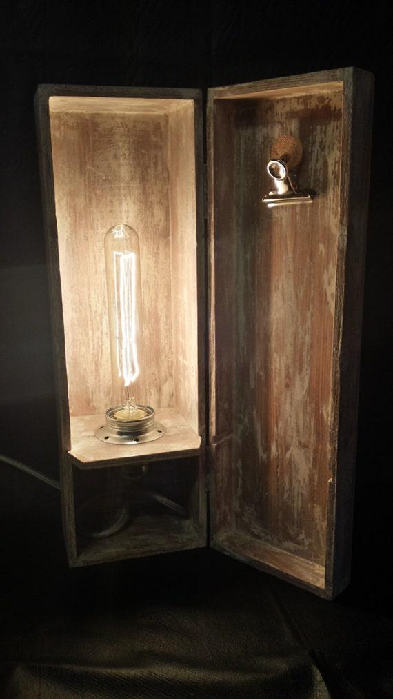 Lampada da tavolo in cassetta di legno con lampadina tubolare for Lampada tubolare led