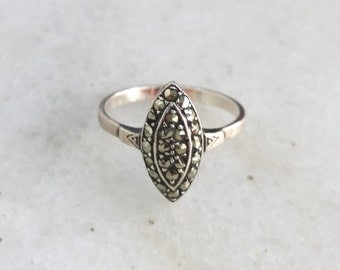 Vintage 925 sterling silver diamond shaped ring with zircone gemstones. Size 9.