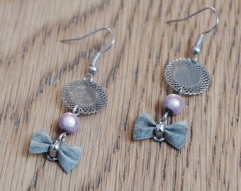 Dangling earrings with silver medallion and node