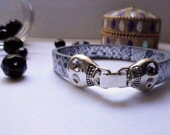 Pulsera calaveras plateadas, pulsera print serpiente, pulsera cuero estampado, pulsera cierre calaveras, pulsera serpiente gris