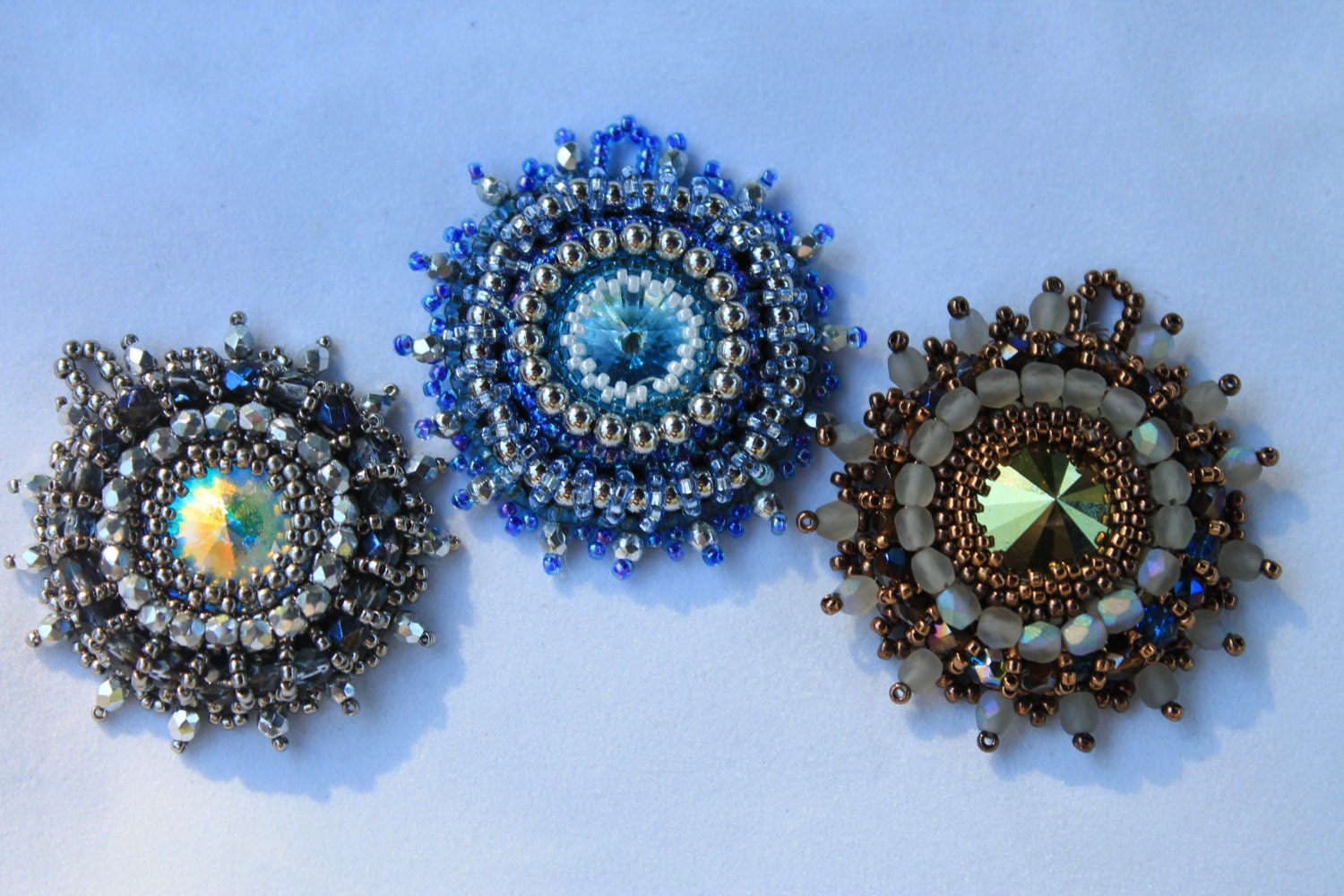 Tutorial embroidered beaded pendant using a swarovski rivoli