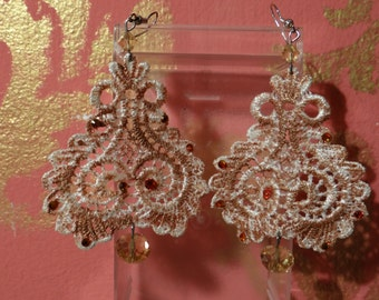 couple of macramé earrings white bege with glitter