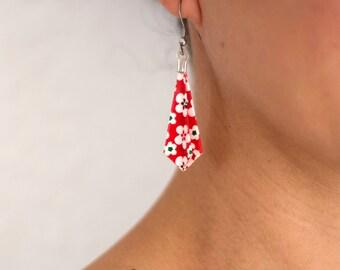 Bijou en origami. Boucles d'oreilles Flèche fond rouge et blanc fleuri. Fait-main, hypoallergenique. Commandes personnalisées.