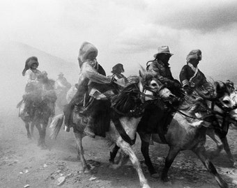 Black and white Photography of Tibet - Travel photography - Fine art photography of tibetan nomads on horses.
