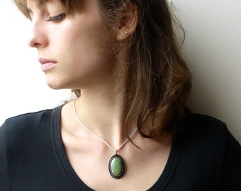 Silver Pendant with green, marbled stone, blackened silver with gekordeltem wire necklace