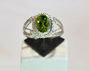 Ring in sterling silver with peridot setting
