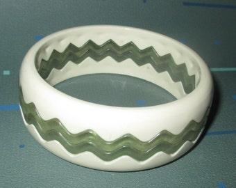Vintage MOD White and Clear Lucite Zig Zag Stack Bangle Bracelets Bracelet Set