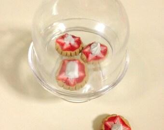 "American Girl Strawberry shortcake tart in display stand- 18"" doll food, dessert, tarts, citrus"