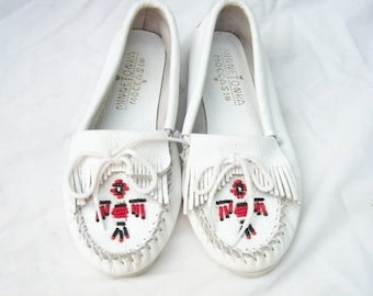SALE White Leather Moccasins size 7.5 Wide to 8 Minnetonka Moccasins Kiltie Fringe Beaded Mocs
