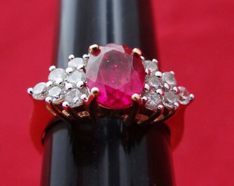 Vintage gold tone size 5 ring with fuschia and clear rhinestones in great condition, appears unworn