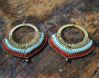 Boucles d'oreilles micro macramé sur anneau brun, rouge et bleu turquoise, macrame earrings