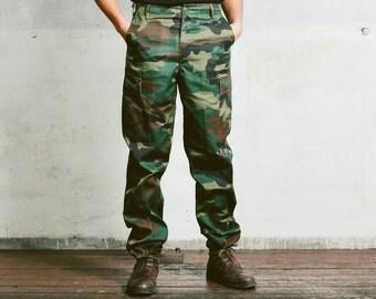 Vintage 80s Men's MILITARY TROUSERS . Khaki Green Dark Camo Pants Work Workwear Heavy Duty Canvas Cotton Trousers . Medium Large W34