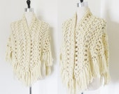 "Vintage 1960's Beige Cream Knit Shawl Shoulder Wrap / Poncho Style ""Granny's Shawl"" Fringed Edging One Size Fit Anthropologie Style"