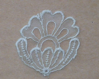 "2 1/2"" Vintage 1930's White Flower Thistle Applique, Vintage Sewing Supply"