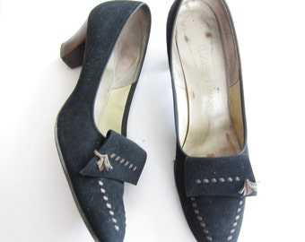 Vintage 1960s Black Suede Pumps with Brown Trim / 60s Office Shoes with Fringed Vamp / Size 9
