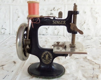 Vintage Singer Model 20 Sewing Machine // Toy Sewing Machine // Sewhandy Sewing Machine