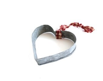 Vintage Heart Cookie Cutters . Primitive Heart Ornaments . heart shaped tin cookie cutters . metal cookie cutters . cookie tin cutters