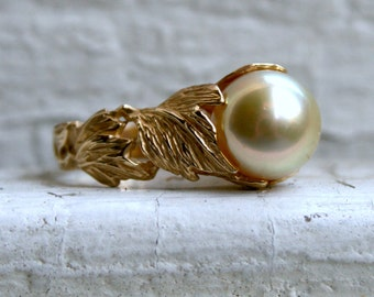 Gorgeous Vintage Golden Pearl Leafy Ring in 14K Yellow Gold.