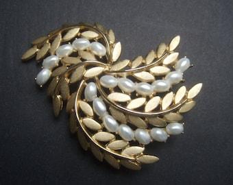 TRIFARI Elegant Pearl & Gold Metal Brooch c 1970s