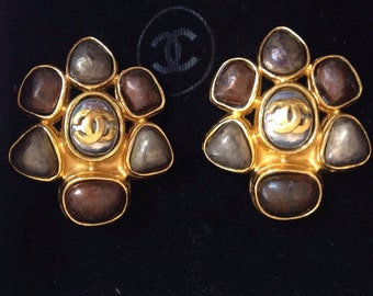 Vintage CHANEL marble brown and taupe color faux pearl flower motif earrings with gold tone CC logo. Perfect Chanel jewelry for party