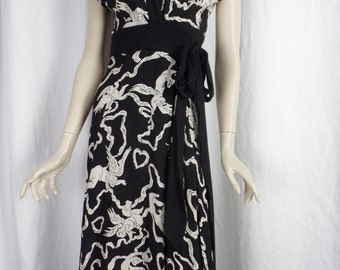 Diane Von Fustenberg B&W cap sleeve silk wrap dress/ keyhole front/angels hearts ribbons: size 8 US- fits small
