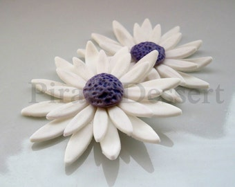 "EDIBLE DAISY Cake Topper - Sugar Flower - Flower Cupcake Toppers - Edible cake decorations  (2 "" size) (White and Purple Daisy) (2 pieces)"