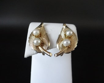 Faux Pearl and Gold Tone Leaf Clip Earrings - Pretty Retro Modern Earrings - Classic - Elegant - Pearl and Gold Leaf Earrings - MJPC14